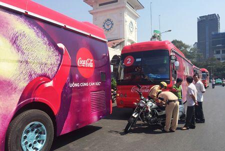 """Coi thuong luat, hang loat xe quang cao cho Cocacola bi CSGT """"xu"""" - Anh 2"""