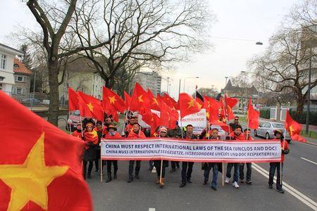 Anh: Nguoi Viet o Duc xuong duong phan doi Trung Quoc quan su hoa Bien Dong - Anh 13