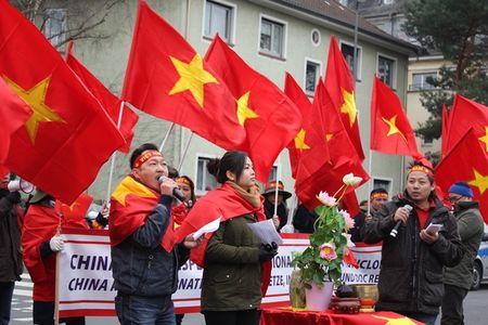 Anh: Nguoi Viet o Duc xuong duong phan doi Trung Quoc quan su hoa Bien Dong - Anh 1