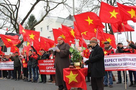 Anh: Nguoi Viet o Duc xuong duong phan doi Trung Quoc quan su hoa Bien Dong - Anh 2