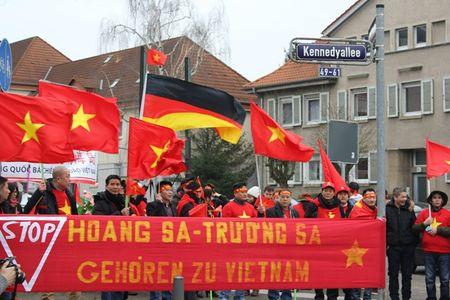 Anh: Nguoi Viet o Duc xuong duong phan doi Trung Quoc quan su hoa Bien Dong - Anh 6