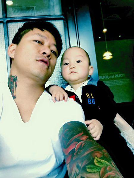 Tuan Hung khoe anh kheo leo tam cho con trai - Anh 4