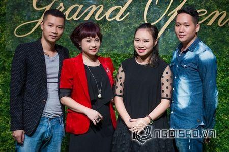 My nhan Viet gan bo voi 'phi cong tre' sau khi ly hon chong - Anh 1