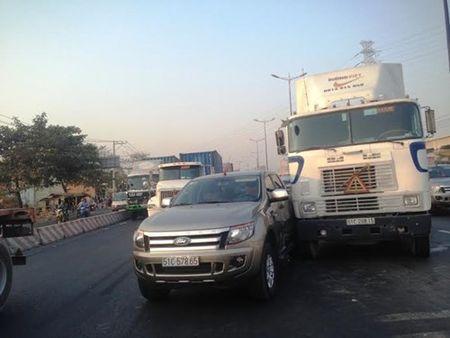 Xe container tong o to ban tai, xa lo Ha Noi ket cung - Anh 2