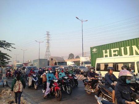 Xe container tong o to ban tai, xa lo Ha Noi ket cung - Anh 3