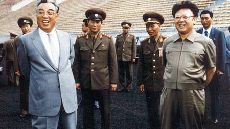 Can ve Kim Jong-il he lo 'cuoc song trong long vang' - Anh 1