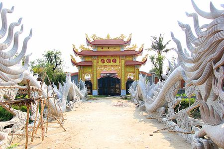 Cong trinh nha tho to cua Hoai Linh dong cua im lim - Anh 5