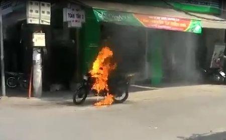 Video: Xe may bat ngo boc chay ngun ngut tren pho Ha Noi - Anh 1