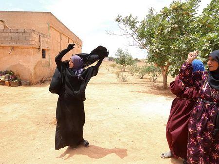 Phu nu Syria vut mang che mat sau khi duoc giai phong khoi IS - Anh 1