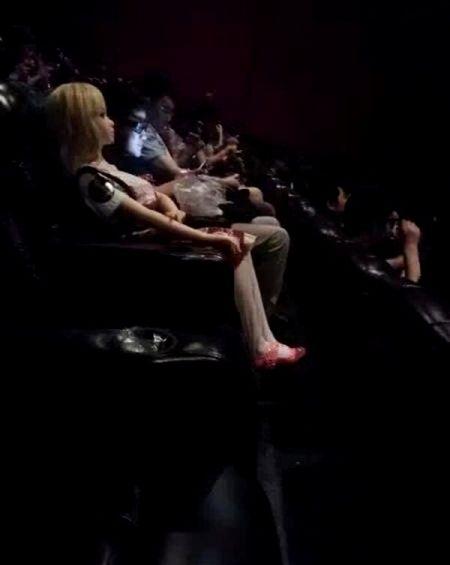 Thanh nien di xem phim cung bup be tinh duc gay soc - Anh 4