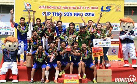 Ket thuc giai bong da Hoi Nha bao TP.HCM tranh Cup Thai Son Nam 2016: HTV bao ve thanh cong ngoi vo dich - Anh 1