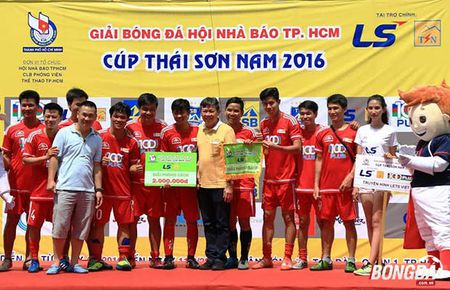 Ket thuc giai bong da Hoi Nha bao TP.HCM tranh Cup Thai Son Nam 2016: HTV bao ve thanh cong ngoi vo dich - Anh 2