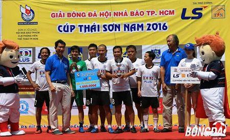 Ket thuc giai bong da Hoi Nha bao TP.HCM tranh Cup Thai Son Nam 2016: HTV bao ve thanh cong ngoi vo dich - Anh 3
