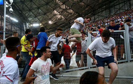 Hooligan Nga cuong no doi tra thu, lao vao dam da CDV Anh - Anh 10