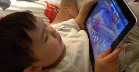 Canh bao: Cho con nghich dien thoai, iPad khong khac nao giet con - Anh 1