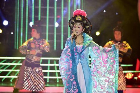 Chang trai gia Dong Nhi nga song soai tren san khau GMTQ - Anh 11