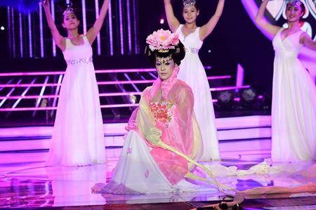 Chang trai gia Dong Nhi nga song soai tren san khau GMTQ - Anh 8