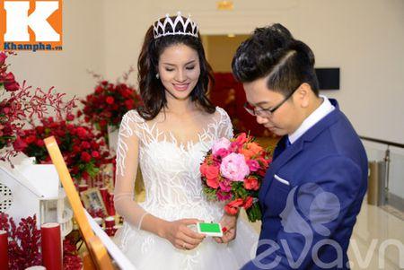 Le Thi Phuong hanh phuc ngot ngao ben chong trong tiec cuoi - Anh 15