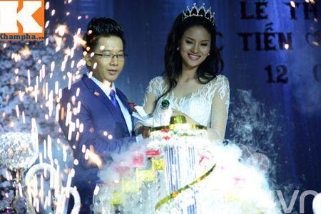 Le Thi Phuong hanh phuc ngot ngao ben chong trong tiec cuoi - Anh 7