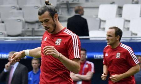 Bale lam vo mui co dong vien khi khoi dong truoc tran - Anh 1