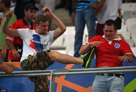 RADIO EURO: Hooligan loan da, Nga doi dien an phat - Anh 1
