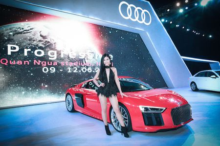 "Dong Nhi hat ""boc lua"" ben canh sieu xe Audi R8 coupe - Anh 3"