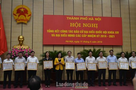 Khen thuong 95 tap the va 69 ca nhan lam tot cong tac bau cu - Anh 3
