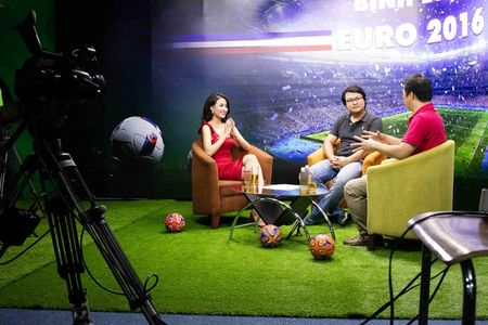 Hoang Thuy Linh lien tuc thay do chay show mua EURO - Anh 1
