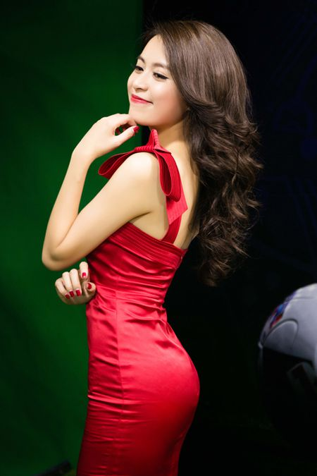 Hoang Thuy Linh lien tuc thay do chay show mua EURO - Anh 2