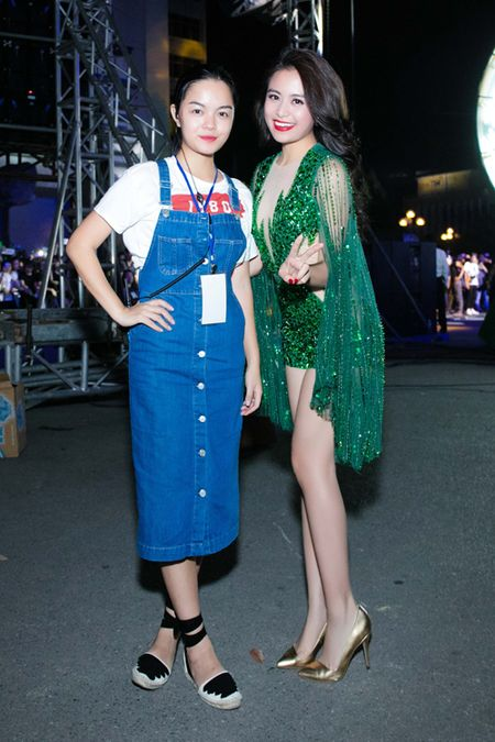 Hoang Thuy Linh lien tuc thay do chay show mua EURO - Anh 6