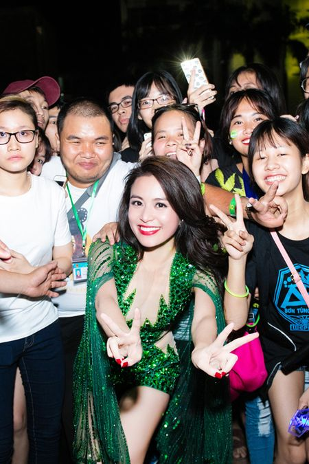 Hoang Thuy Linh lien tuc thay do chay show mua EURO - Anh 9