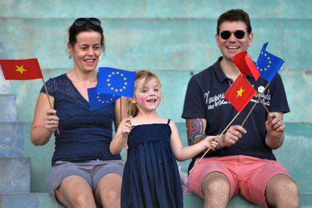 Tran cau soi dong cua cac nha ngoai giao VN, EU mung Euro - Anh 2
