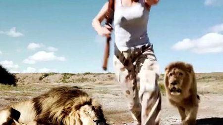 10 clip 'nong': Bi noc ao vi treu ban gai tay dam quyen anh - Anh 7