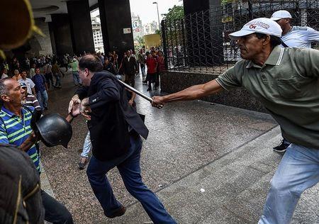 Venezuela bac trung cau dan y, to My ba quyen - Anh 1