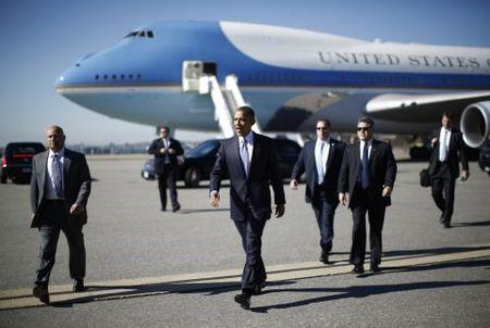 Tong thong My Barack Obama len duong cong du chau Au - Anh 1