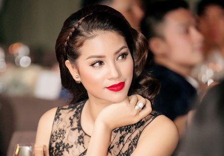 Hoa hau Pham Huong an tuong voi phong cach co dien quy phai - Anh 1