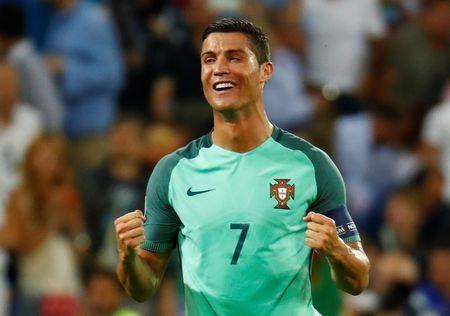 Ronaldo khoc nuc no sau khi giup Bo Dao Nha vao chung ket EURO - Anh 1