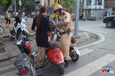Luc luong CSGT manh tay xu ly xe may dien chua cap bien so - Anh 2