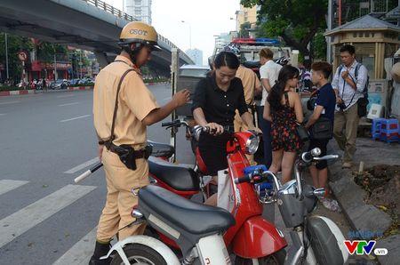 Luc luong CSGT manh tay xu ly xe may dien chua cap bien so - Anh 3