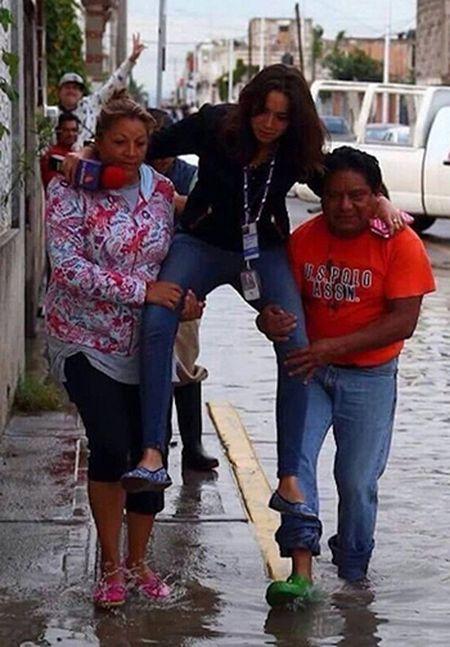 Nu phong vien Mexico bi duoi viec vi de dan cong qua vung nuoc - Anh 1