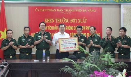 Khen thuong dot xuat bo doi bien phong Da Nang - Anh 1