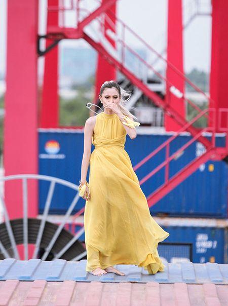 Hot girl Next Top 1m54 khoc ngat khi catwalk tren khong - Anh 1