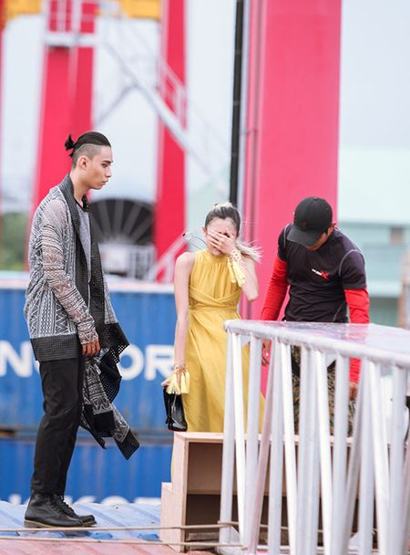 Hot girl Next Top 1m54 khoc ngat khi catwalk tren khong - Anh 2