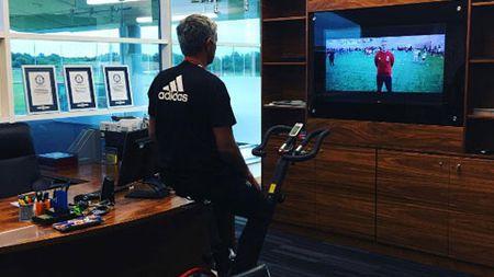Mourinho khoe phong lam viec moi o M.U - Anh 1