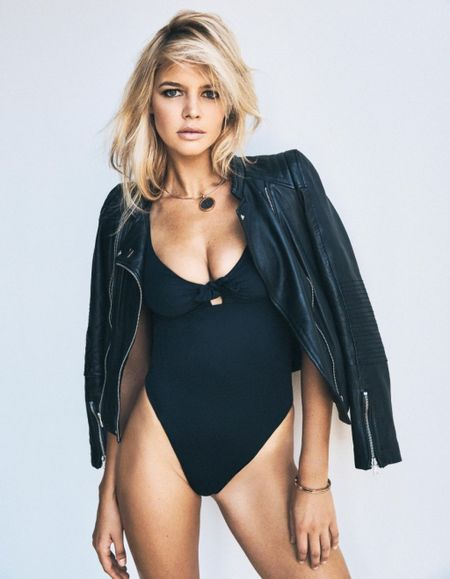 Kelly Rohrbach khoe than hinh nong bong voi vong 1 cang tron - Anh 2
