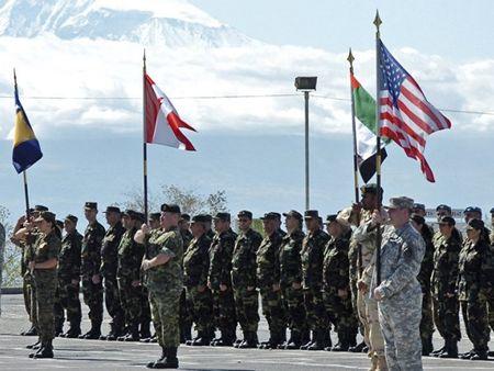 Ba Lan san sang tham gia cai cach EU va NATO - Anh 1
