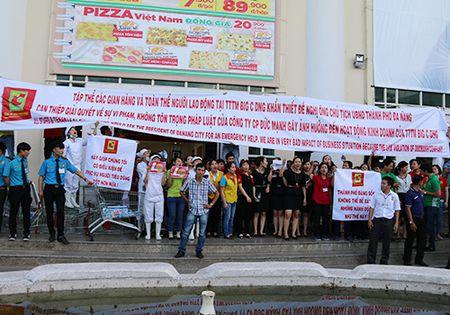 Duong pho nao loan vi 200 nhan vien sieu thi o Da Nang keu cuu - Anh 1