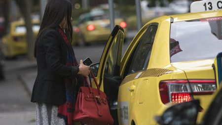 "Di taxi ban dem, chi em can bo tui bi kip ""song con"" nay - Anh 2"