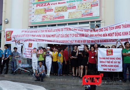 Da Nang: Hang tram nguoi cam bang ron, gay nao loan truoc cong Big C - Anh 1