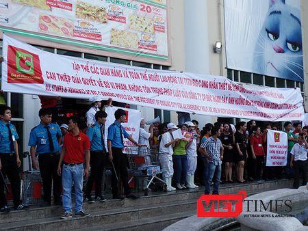 Da Nang: Hang tram nguoi cam bang ron, gay nao loan truoc cong Big C - Anh 2